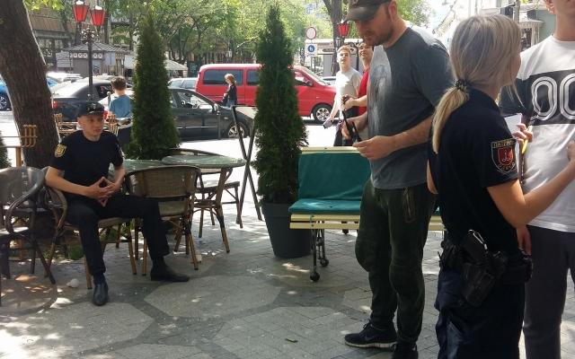 Центр Одессы: на посеителей кафе с небес свалился мужчина (ФОТО) Фото № 1