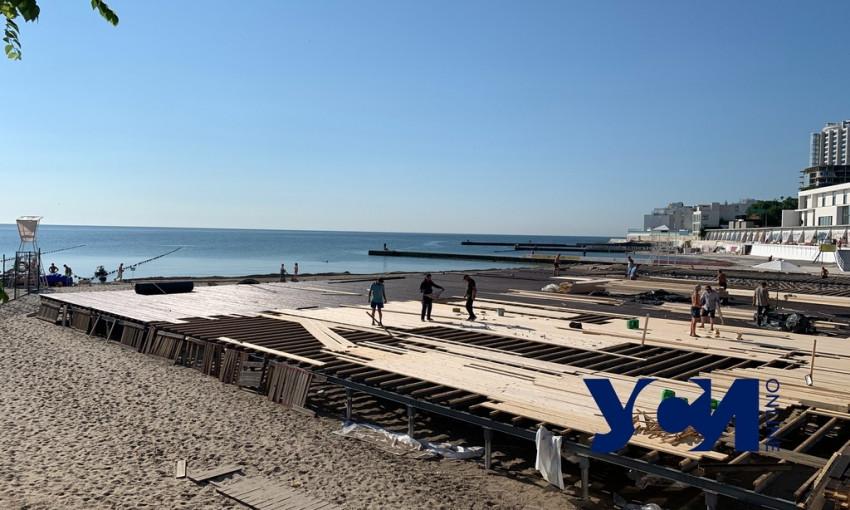 В Аркадии пляж накрыли масштабным настилом