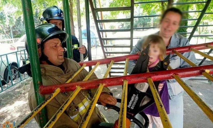 В Одессе пятилетний ребенок застрял на детской площадке