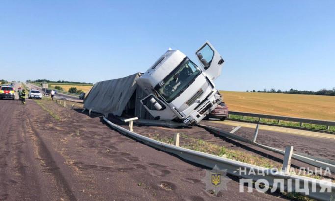 Из-за аварии на трассе Киев-Одесса перекрыли одну полосу: на дороге перевернулась фурра полная зерна