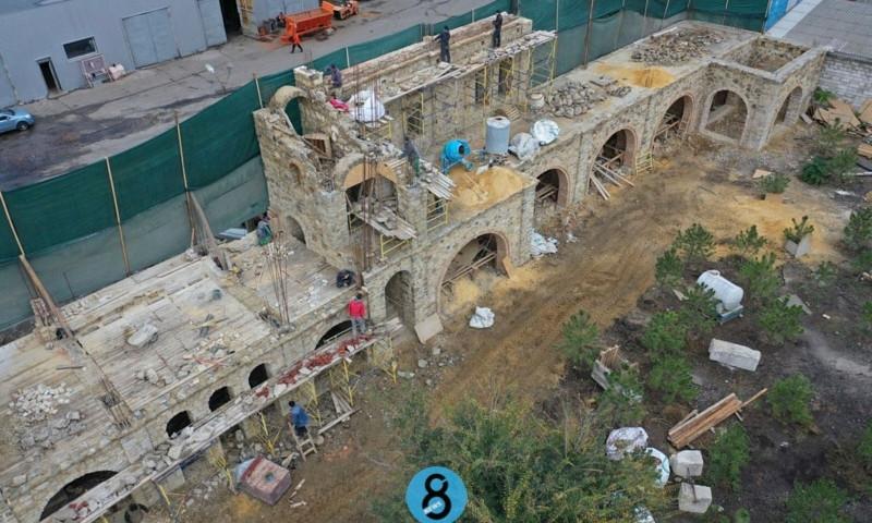 Средневековый замок, декорация к фильму или нестандартный ТРЦ? На Люстдорфской дороге строят что-то необычное