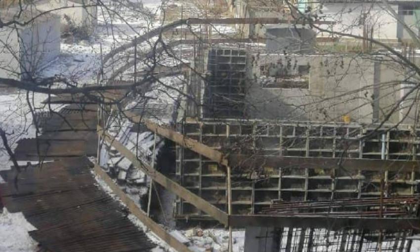 Активисты  убрали ограждения вокруг бывшего кинотеатра