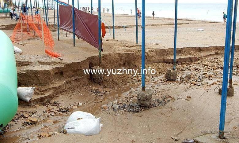 В Южном непогода испортила городской пляж