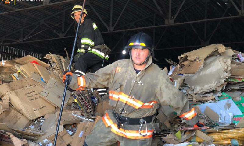 Пожар на Овидиопольской дуге: спасатели ликвидировали мощное возгорание склада
