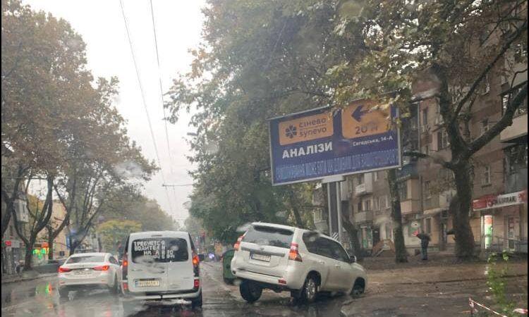 На дорогах Одессы транспортный коллапс из-за дождя