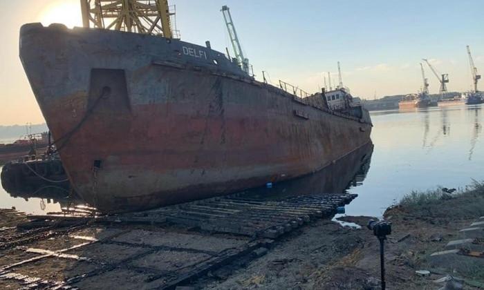 Танкер Delfi вытащили на берег в Черноморском порту