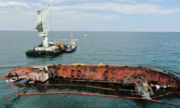 Возле танкера Delfi кипит работа, но судно пока не поднимают
