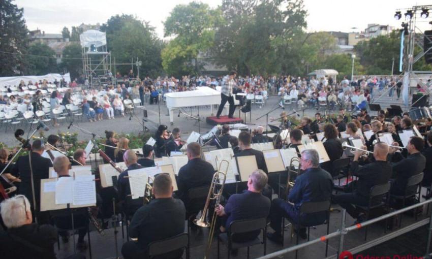 Волшебство музыки в лучах заходящего солнца – в Одессе проходит праздничный концерт
