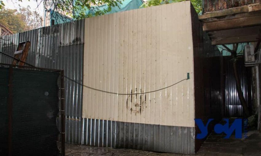 Одесский застройщик, разваливший дом, теперь захватил у «соседей» часть территории