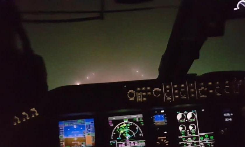 Как в одесском аэропорту садят самолет в условиях ограниченной видимости ночью из-за тумана
