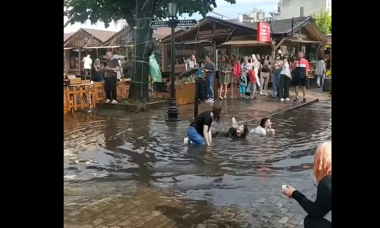 На Дерибасовской после залпового ливня одесситы устроили купания в лужах