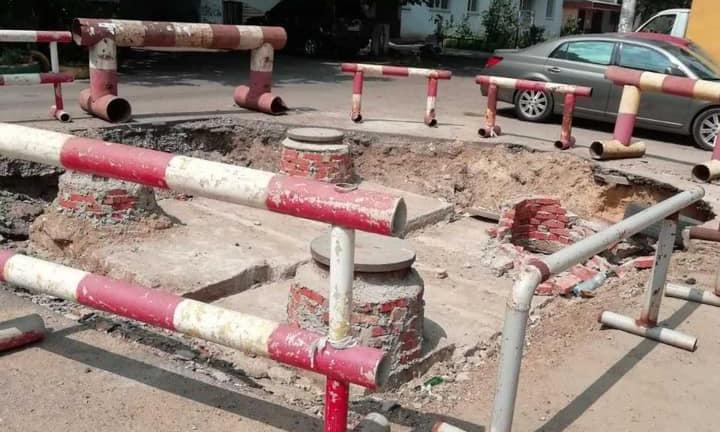 В Одессе автомобиль провалился в разрытый коллектор