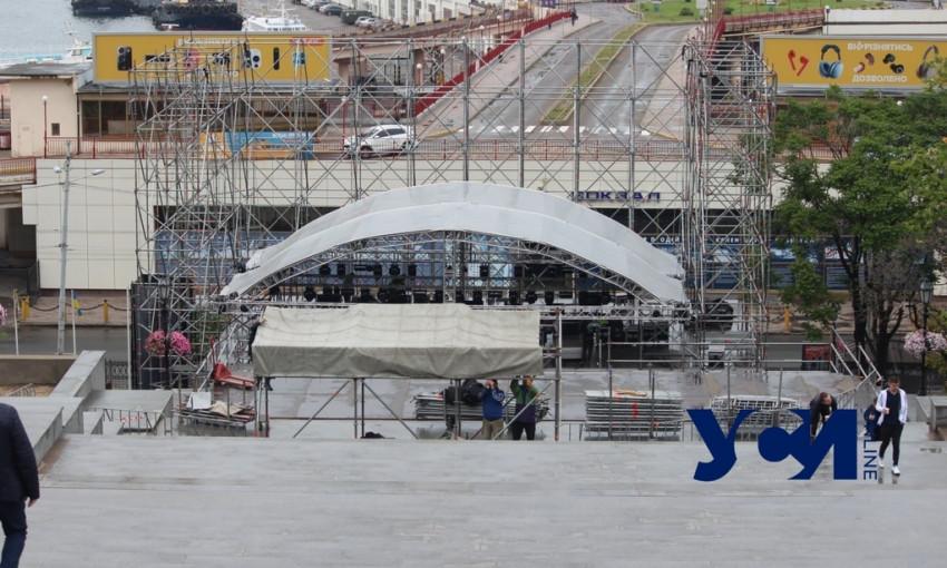На Потемкинской лестнице устанавливают сцену для завтрашнего концерта