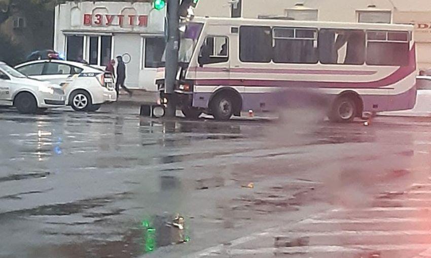 В Одессе маршрутка с пассажирами влетела в столб
