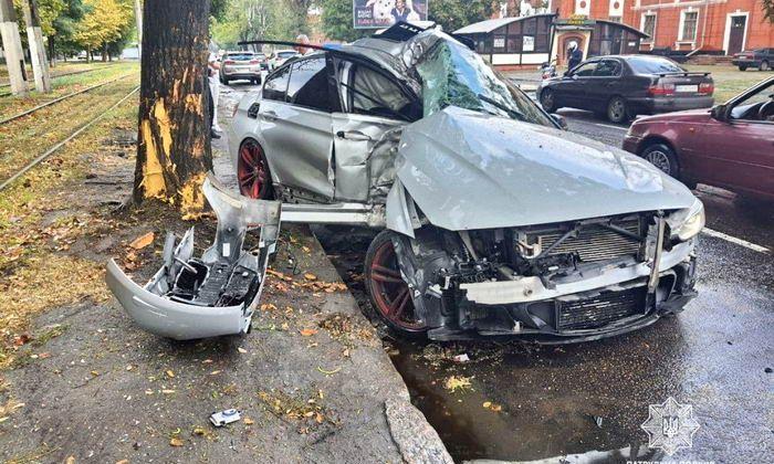 Разрушительное ДТП в Одессе: молодой водитель немецкого автомобиля влетел в дерево