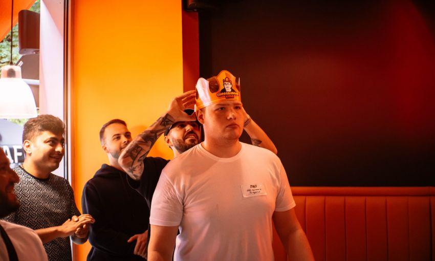 В Одессе прошел первый в Украине чемпионат по поеданию чизбургеров