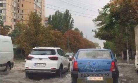 Одесские улицы превратились в реки, а ветер повалил деревья