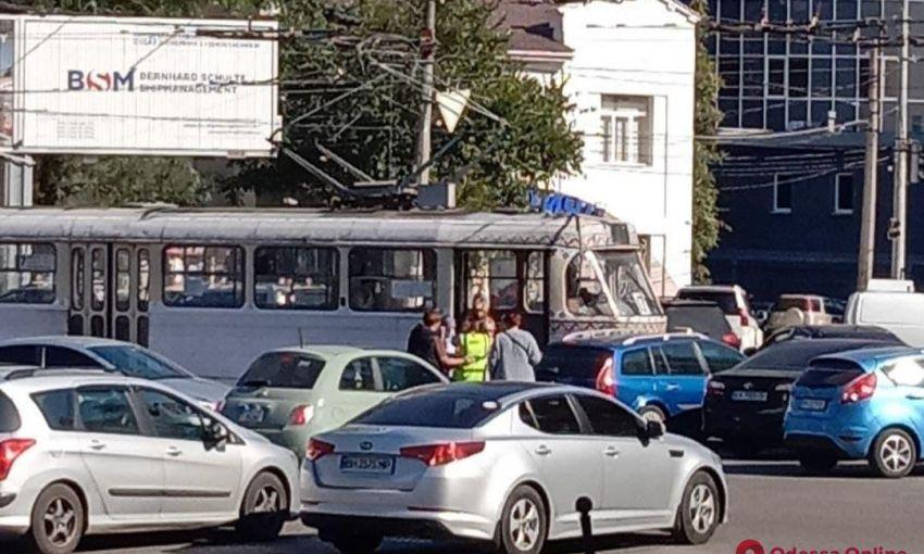 На Большом Фонтане столкнулись трамвай и легковой автомобилт