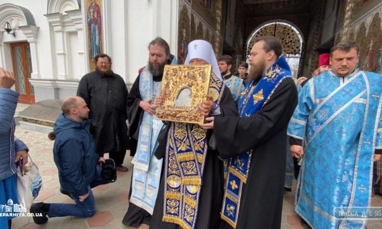 В Одессе священники совершили Крестный Ход, чтобы не допустить в город коронавирус