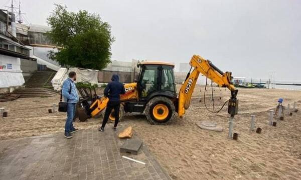 В Аркадии в песок вбили сваи – что появится на пляже?