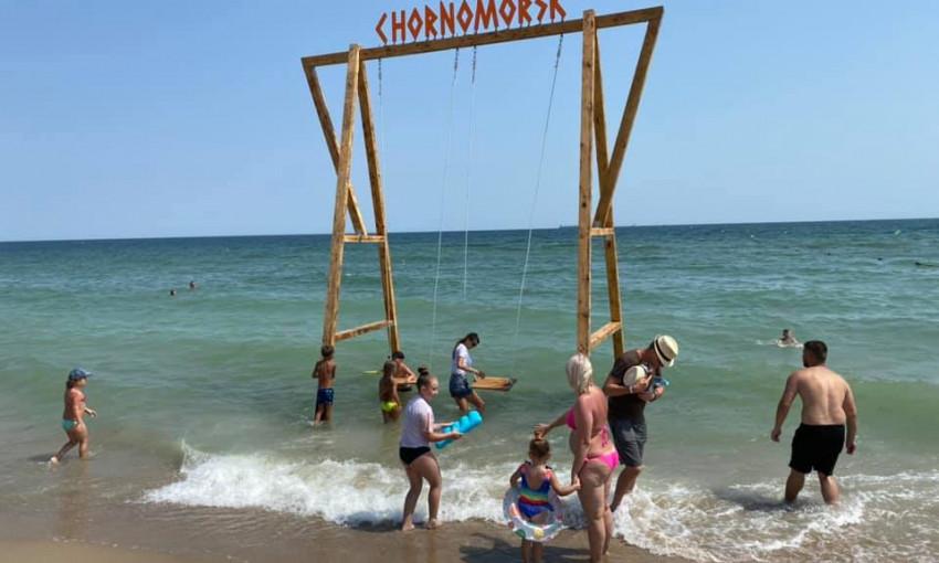 В Черноморске на пляже появились морские качели