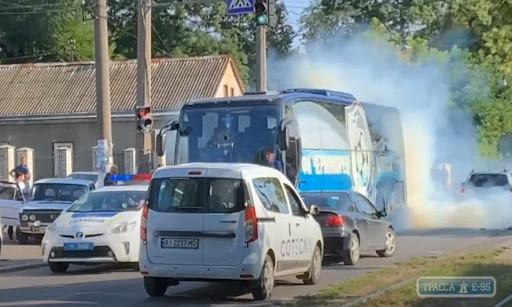 Полиция ищет нарушителей, которые забросали автобус с футболистами дымовыми шашками