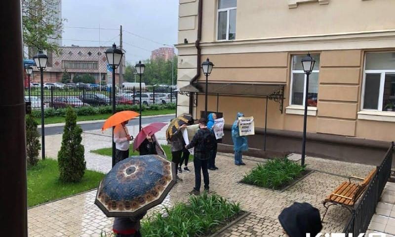 Жители Одессы митингуют под дождем, они против застройки склонов на Фонтане