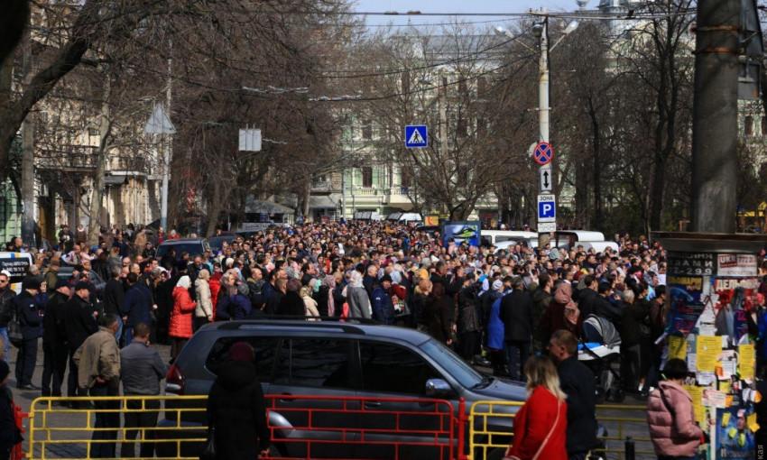 В центре Одессы прошел многотысячный крестный ход