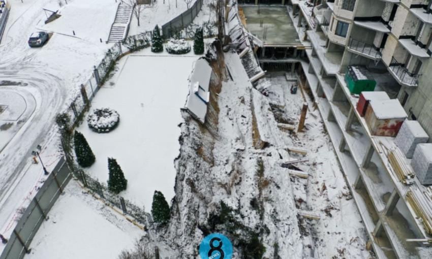 В Одессе возле скандального новостроя провалилась земля