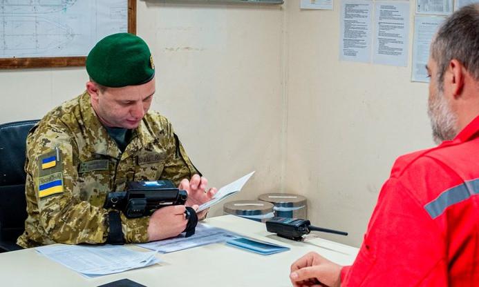 В Одесской области пограничники запретили въезд в страну двенадцати морякам из России