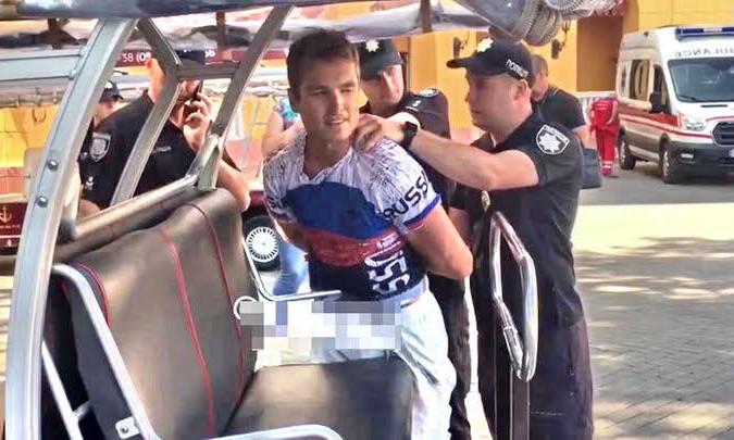 На Приморском бульваре задержали американца с российским флагом футболке