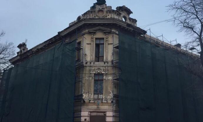 """""""Реставраторы"""" повредили лепнину на архитектурном памятнике"""