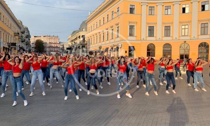 На Приморском бульваре устроили танцевальный флешмоб