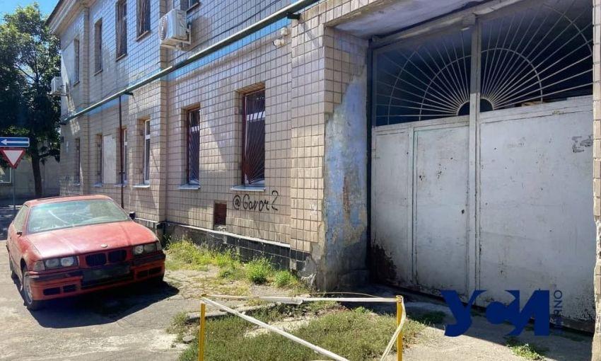Детская поликлиника на Слободке снаружи рушится