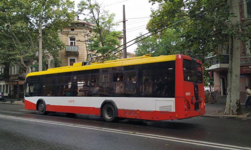 Прямо на ходу: в Одессе задымился троллейбус