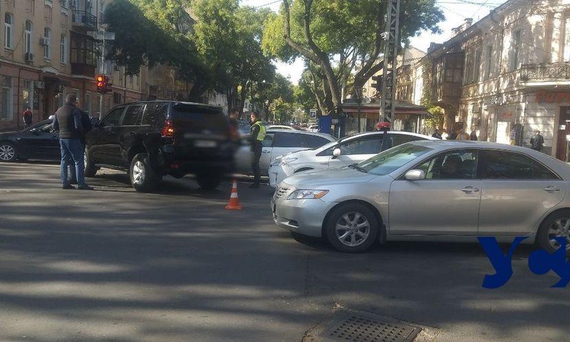 ДТП в самом сердце Одессы: два легковых автомобиля не поделили дорогу
