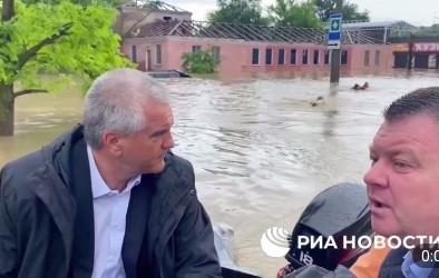 В оккупированном Крыму люди, похожие на сотрудников МЧС плывут по улице брасом за лодкой с высокими чиновниками